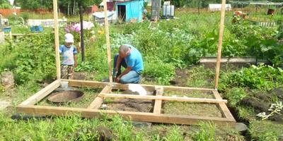 Первые постройки: Сарай + туалет
