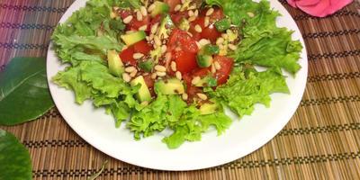 Салат «Весенняя легкость» с помидорами и авокадо