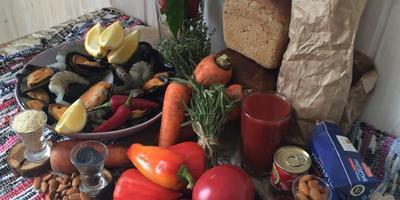 С едой на Ты, или Рецепты от Кости: Томатный суп-пюре с морепродуктами в хлебной тарелке с тостами и соусом из миндаля и чеснока. И гарнир из запечённой моркови с кунжутом и маком