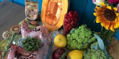 С едой на Ты, или Рецепты от Кости: кролик, запечённый с ягодами можжевельника, в сливках с соусом из кизила с травами и салатом из брокколи с печёной тыквой и вяленой клюквой