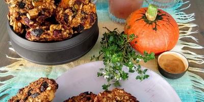 Печенье с тыквой, черносливом и вяленой клюквой и грушево-лимонный кисель с шалфеем
