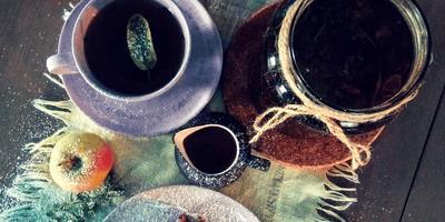 """Шоколадные булочки """"Синнабон"""" с яблоками в карамели и грецким орехом с кремом чиз и соусом из калины и чёрный чай с ароматными травами"""