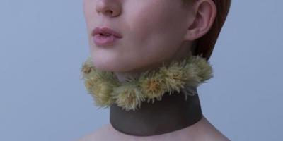 Как называются цветы, которые у девушки на шее?