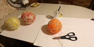 Новогодняя композиция с шарами из сизаля