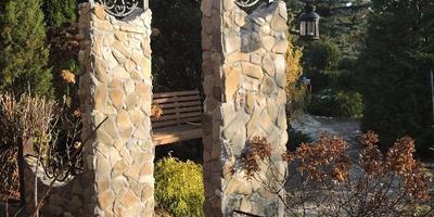 Каменная арка с элементами ковки