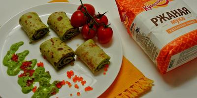 Ржаные блинчики с соусом из зеленого лука, кинзы, сметаны и красной икры