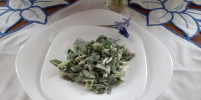 Первые весенние салат и букетик на столе