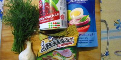 Быстрый и вкусный салат из фасоли с сухариками