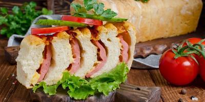 Бутербродный хлеб с колбасой и сыром - удобно взять с собой