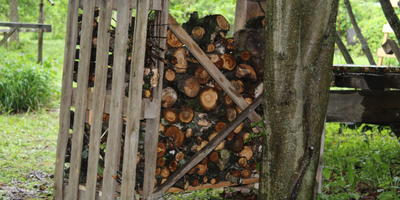 Малобюджетная дровница-поленница на даче