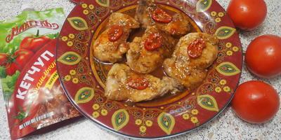 Курочка с кунжутом, острым перцем и кетчупом на сковороде