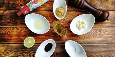 Креветки на гриле в горчично-чесночном маринаде с соусом из авокадо