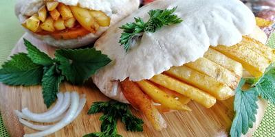 """Гирос с маринованными рёбрышками, соусом """"Дзадзики"""" и пряным картофелем"""
