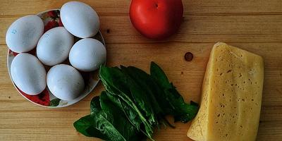 Яичница с овощами и сыром - любимый завтрак всей семьи