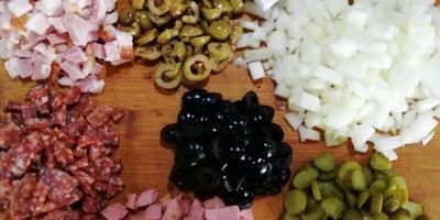 Мясная солянка в съедобных тарелочках