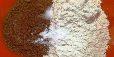 Хрустящее шоколадное печенье с трещинками