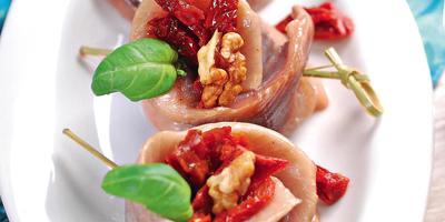 Мини-рулеты из филе сельди с вялеными томатами