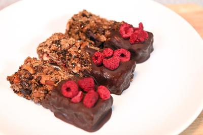 Овсяные батончики с орехами, шоколадом и сухофруктами: рецепт