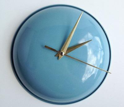Крышка в роли кухонных часов. Фото с сайта furnishburnish.com