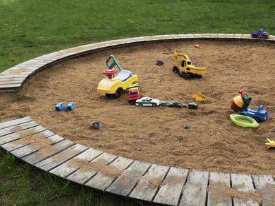 Песочница - отличный ответ на вопрос, чем занять малыша на даче