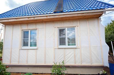 Утеплить деревянные стены быстро, просто и дешево не получится