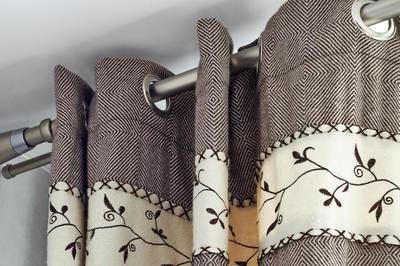 Плотные шторы - быстрый и эффективный способ избавиться от холода, проникающего через двери