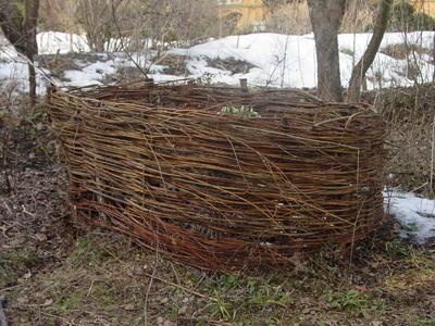 Плетень - хороший способ сделать передвижную компостную кучу-корзину