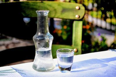 Весенняя обработка грядок спиртовым раствором помогает в борьбе с сорняками