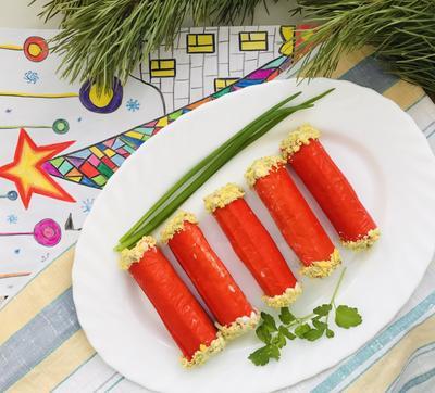 Закуска «Снежный краб»: крабовые палочки, фаршированные начинкой из яиц и сыра. Рецепт и фото