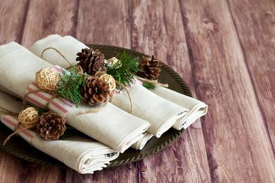 Хороший вариант - украсить салфетки миниатюрными композициями с использованием шишек
