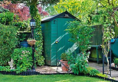 Поскольку необходимость заглянуть в сарай, душ, хозблок или летнюю кухню возникает как минимум раз десять в день, желание соединить их с домом вполне объяснимо
