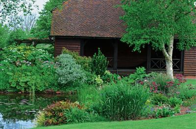 Вода - обязательный элемент коттеджного сада