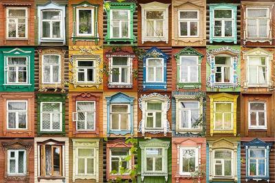 Даже при установке современных пластиковых окон можно использовать недорогие декоративные раскладки, имитирующие старинные оконные переплёты. Фото с сайта oknabm.ru