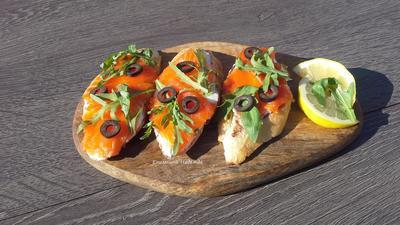 Брускетты с лососем и маскарпоне - пошаговый рецепт приготовления с фото