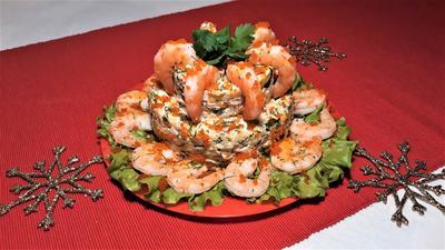 Салат с креветками и крабовыми палочками в праздничном оформлении. Рецепт с пошаговыми фото