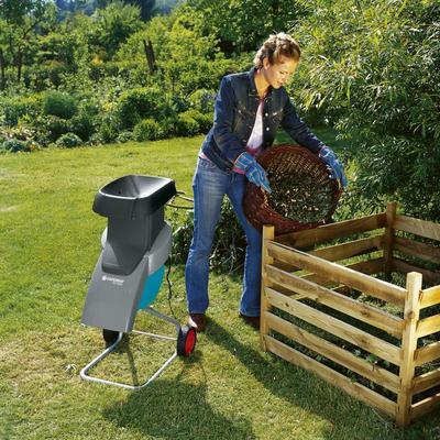 Измельченные ветки деревьев и кустарников можно положить в компост