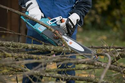 Прежде чем включать садовый шредер, ветки нужно распилить на более мелкие фрагменты