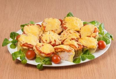 Кольца кабачков, запеченные с фаршем, помидорами и сыром