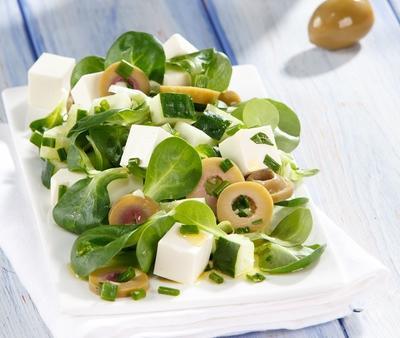 Салат из огурцов с сыром фета, оливками и зеленью
