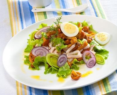 Салат с кальмарами, грибами и перепелиными яйцами: рецепт