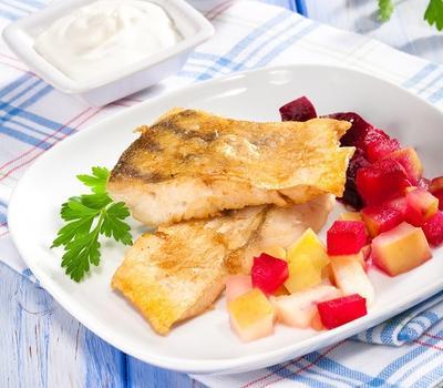 Жареный судак со свекольно-фруктовым гарниром: рецепт