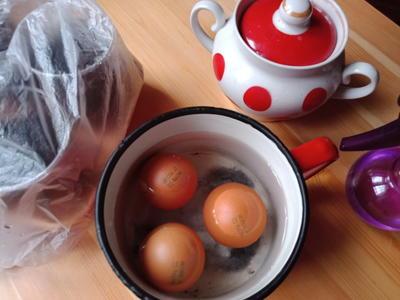 Вода от варки яиц — хороший стимулятор для семян. Фото автора