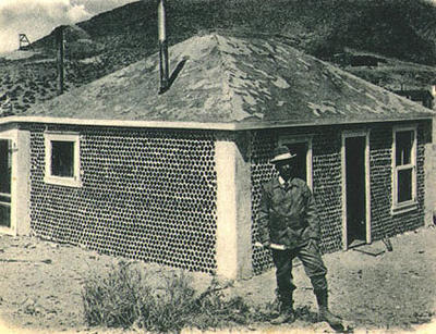 Первый в мире дом из стеклянных бутылок (1902 г.). Фото с сайта interesko.info