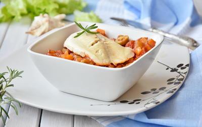 Рыба, тушенная в пряном томатном соусе с овощами и оливками. Средиземноморский рецепт с пошаговыми фото
