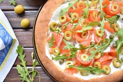 Белая пицца с семгой, каперсами, оливками и рукколой - пошаговый рецепт приготовления с фото