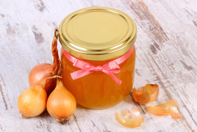 Лук с медом и сахаром избавит от кашля