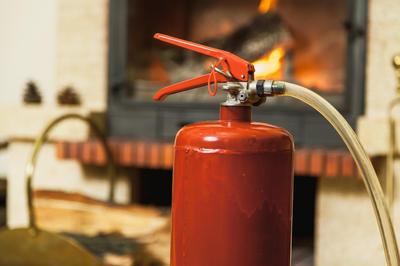 Установите в доме датчики дыма и оснастите его огнетушителями