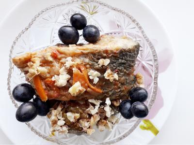 Жареная рыба с оливками в пикантном соусе из грецких орехов. Пошаговый рецепт приготовления с фото
