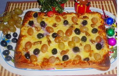 Пирог из слоеного теста с брынзой, виноградом и орехами. Рецепт приготовления с пошаговыми фотографиями