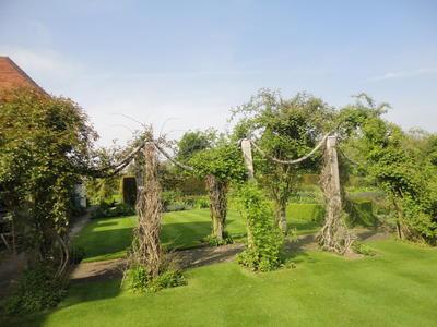 Опоры-канаты в частном английском саду